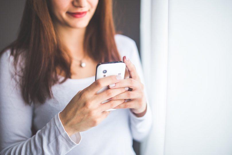 Vrouw blij met smartphone