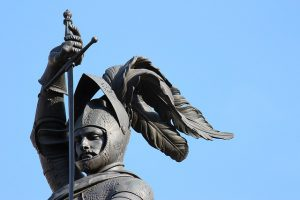 Beeld van een ridder met getrokken zwaard