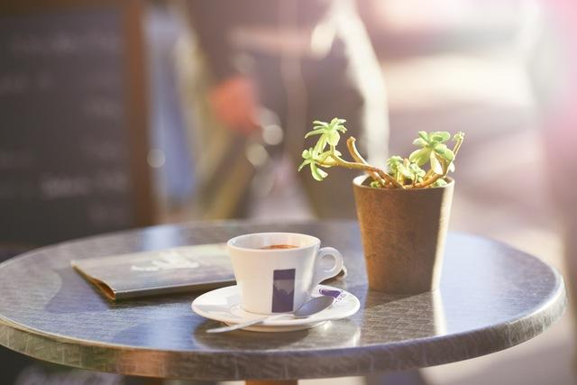 Koffiekop op een terrastafeltje