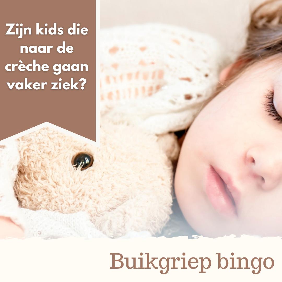 Ziek kind in bed met knuffel